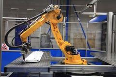 Robot industriel à la fabrication image stock
