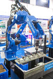 Robot industriel pour la soudure à l'arc électrique Image stock