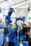 Robot industriel pour la soudure à l'arc électrique Photographie stock libre de droits