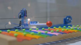 Robot jouant sur le xylophone coloré