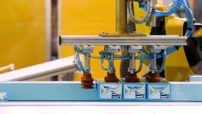 Robot mécanique avec des produits de sortes d'intelligence artificielle sur le convoyeur, concept moderne de technologies medias banque de vidéos