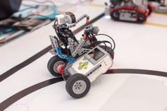 Robot mécanique en plastique noir sur le vélo Photos libres de droits