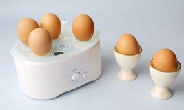 Robot ménager et vaisselle de cuisine avec des oeufs Photographie stock libre de droits