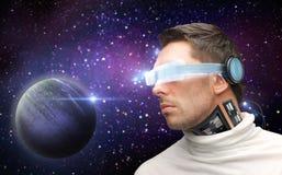 Robot masculin dans les verres 3d et des sondes au-dessus de l'espace Photographie stock libre de droits