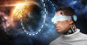Robot masculino en los vidrios 3d y los sensores sobre espacio Foto de archivo libre de regalías
