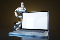 Robot med bärbara datorn för tom skärm Innehåller den snabba banan av skärmen och den hela platsen Arkivfoton