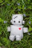 Robot miękkiej części zabawka przy zielenią Zdjęcia Stock