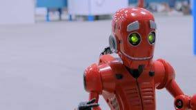 Robot mignon de humanoïde parlant et se déplaçant drôle à l'exposition banque de vidéos
