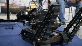 Robot militar para el descubrimiento y buscar en el teledirigido - movimientos los manipulantes metrajes