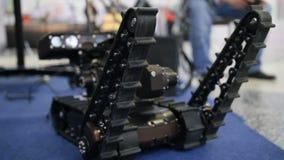 Robot militar para el descubrimiento y buscar en el teledirigido - movimientos por las orugas almacen de video