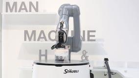 Robot mobile automatico di HelMo sul supporto di Staubli su Messe giusto a Hannover, Germania stock footage