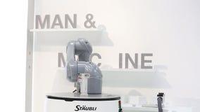 Robot mobile automatico di HelMo sul supporto di Staubli su Messe giusto a Hannover, Germania video d archivio
