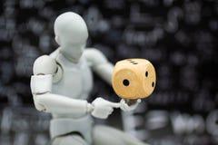 Robot modelo con los dados Uso de la imagen para el riesgo, inversión para el concepto del negocio Fotos de archivo libres de regalías