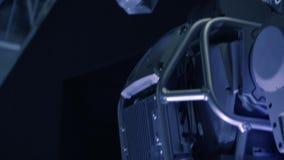 Robot moderne innovateur Plein corps de machine de cyborg dans l'obscurité banque de vidéos