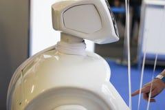 Robot, nieuw model dat zich bij de exclusieve club van humanoidrobots aansluit Het touche screen, curvy ontwerp De dienstrobots A stock foto's