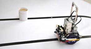 Robot op de lijst met hindernissen stock fotografie