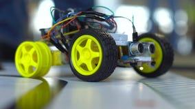 Robot op wielen door programmeurs bij een roboticacompetities die worden geconstrueerd Onderwijs van kinderen stock footage