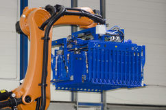 Robot per i prodotti lattier-caseario d'imballaggio Fotografia Stock