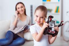 Robot piacevole della tenuta della ragazza fotografie stock