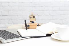Robot pisze z piórem w notatniku i pracuje za Fotografia Royalty Free