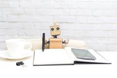 Robot pisze z piórem w notatniku Sztuczny Intellig Obraz Royalty Free