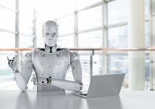 Robot praca na laptopie Fotografia Royalty Free