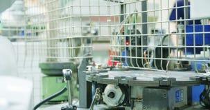 Robot pracuje w linii produkcyjnej zbiory wideo