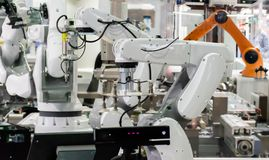 Robot Przemysłowi 4 (0) rzeczy technologii robota mężczyzna używa kontrolera i ręka obrazy royalty free