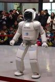 Robot que camina alrededor de hacer una versión parcial de programa en el museo imagenes de archivo