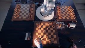 Robot que juega a ajedrez con un hombre almacen de metraje de vídeo