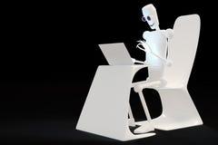 Robot que mecanografía en el ordenador Fotografía de archivo