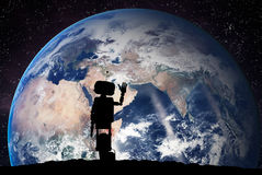 Robot que mira en la tierra del planeta del espacio Concepto de la tecnología, inteligencia artificial