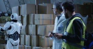 Robot que trae la caja a los técnicos en un almacén metrajes