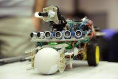 Robot qui a réussi tout seul par l'étudiant Photos stock