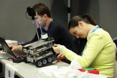 Robot qui a réussi tout seul par l'étudiant Image libre de droits