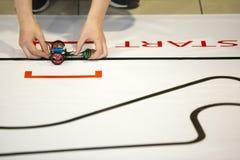 Robot qui a réussi tout seul par l'étudiant Start Photo libre de droits