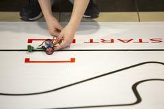 Robot qui a réussi tout seul par l'étudiant Start Photographie stock libre de droits