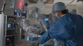 Robot quirúrgico médico moderno, operación robótica de la cirugía del retiro del tumor cacerígeno almacen de metraje de vídeo
