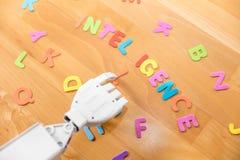 Robot ręka i słowo inteligencja obraz stock
