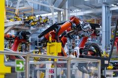 Robot ręka trzyma szczegół samochód Samochodowy zakład produkcyjny obraz royalty free