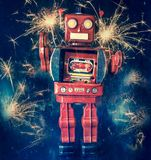 Robot rojo retro con las porciones de chispas y de fuegos artificiales foto de archivo libre de regalías