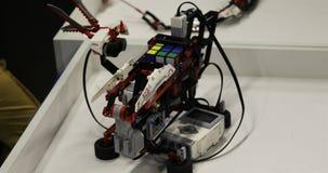 Robot rozwiązuje Rubik s sześcian automatycznie zdjęcie wideo