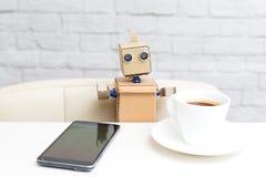 Robot siedzi przy stołem i pije kawę Sztuczny Intelligen Obrazy Stock