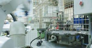 Robot som arbetar i en produktionslinje stock video