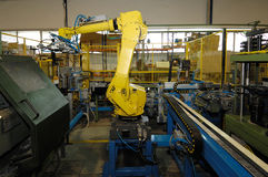 Robot som arbetar i metallbranschen Arkivbilder