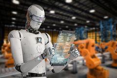 Robot som arbetar med den digitala minnestavlan Arkivbild