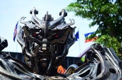Robot som göras av bildelar Arkivbild