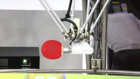 Robot som spelar bordtennisbordtennis på den Omron ställningen på den Messe mässan i Hannover, Tyskland arkivfilmer