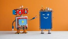 Robot souriant et téléphone portable cellulaire Caractères robotiques de jouet, dispositif créatif de téléphone d'écran tactile d photo libre de droits