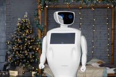 Robot spotyka boże narodzenia, stojaki na tle girlanda zdjęcie stock